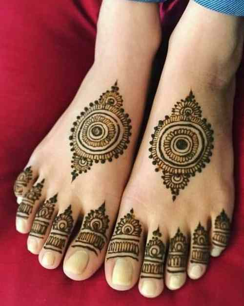 Intricate-Trial-Cricle mehndi on foot